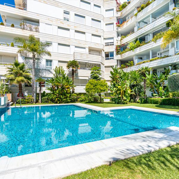Swimming pool in a flat for rent in Marbella centre